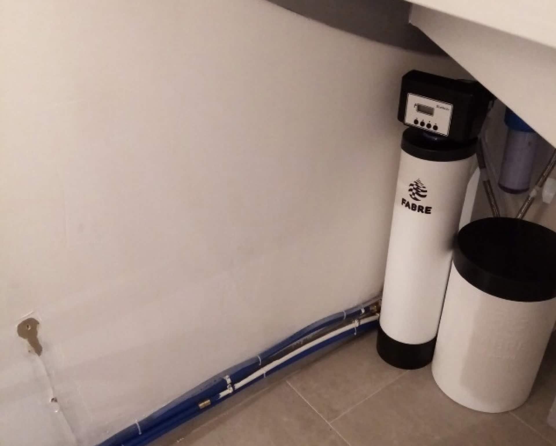 Installation d'un adoucisseur sous un escalier, à Argentan (61)